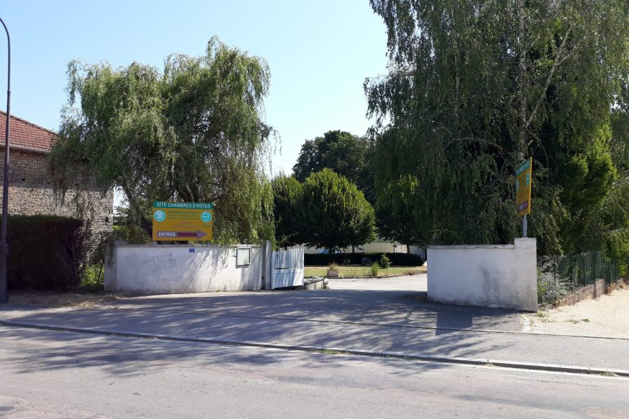 L'entrée de la propriété vue de la route départementale