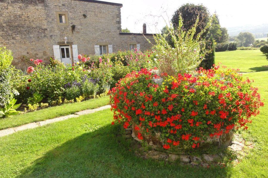 Le jardin avec vue sur le gite en duplex